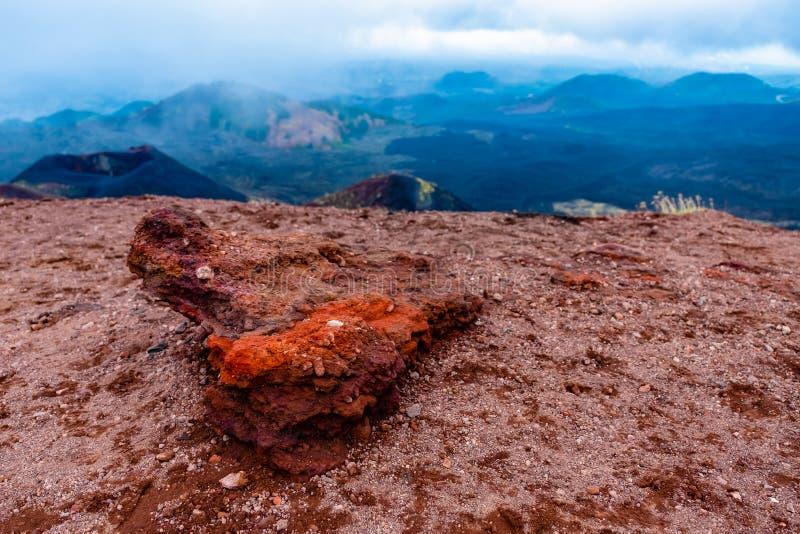 Piedra roja de la lava del extracto de la naturaleza en la cuesta del volcán del Etna, Sicilia, Italia foto de archivo