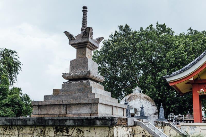 Piedra Stupa el lugar al aire libre en el área del templo japonés de Indosan Nipón en Bodh Gaya, Bihar, la India imagen de archivo