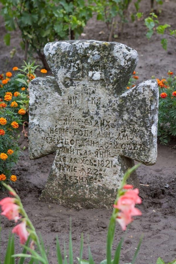 Piedra vieja del mandamiento cerca de la iglesia ortodoxa foto de archivo