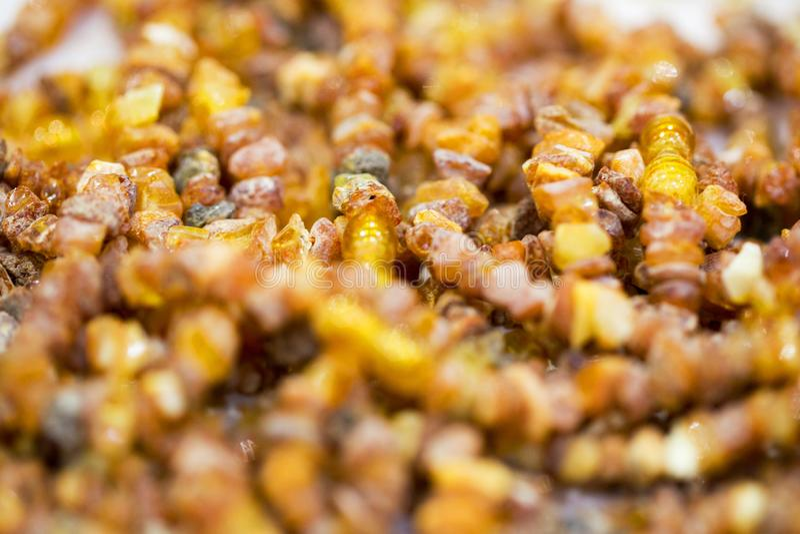 Piedras ambarinas crudas, gotas simples Primer Fondo ambarino foto de archivo libre de regalías