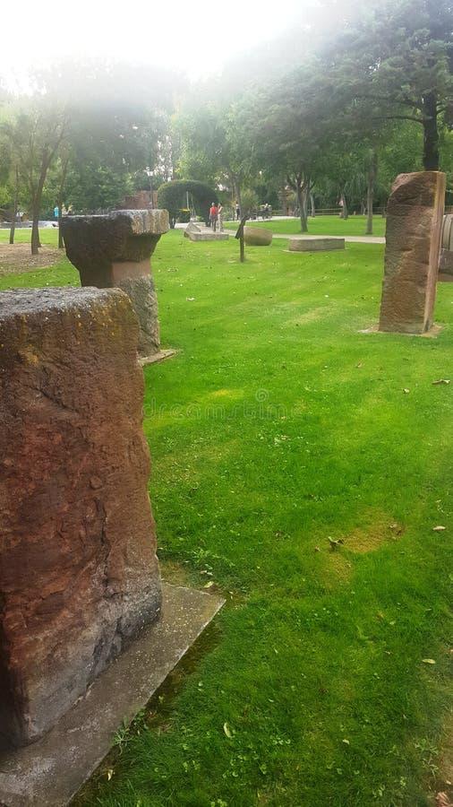 Piedras antiguas que guardan el jardín fotos de archivo