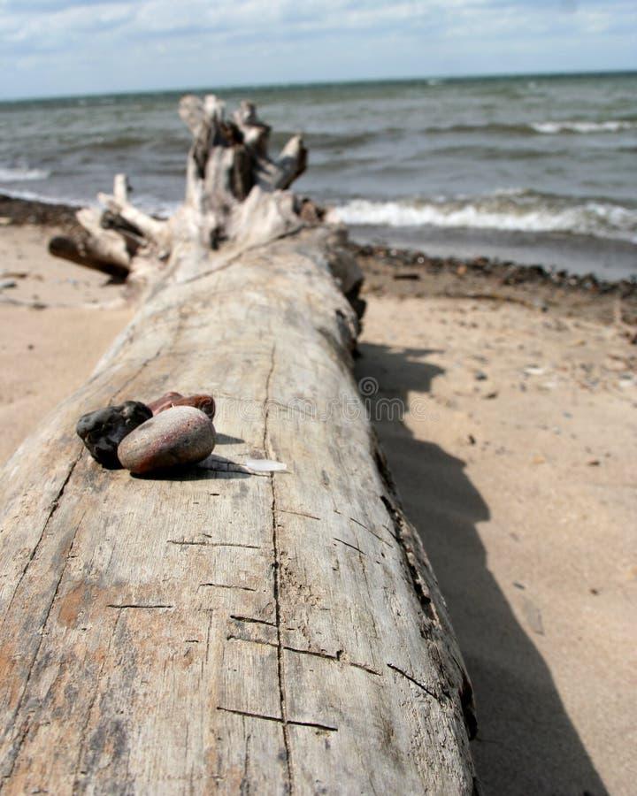 Piedras apiladas en una playa imagen de archivo libre de regalías