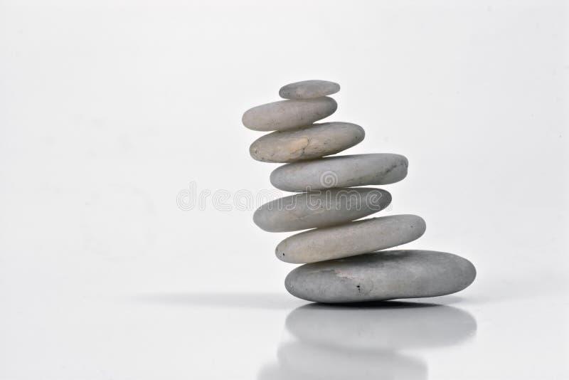 Piedras blancas en equilibrio con la naturaleza fotos de archivo
