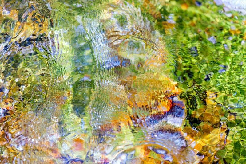 Piedras coloreadas brillantes de la parte inferior del mar fotografía de archivo