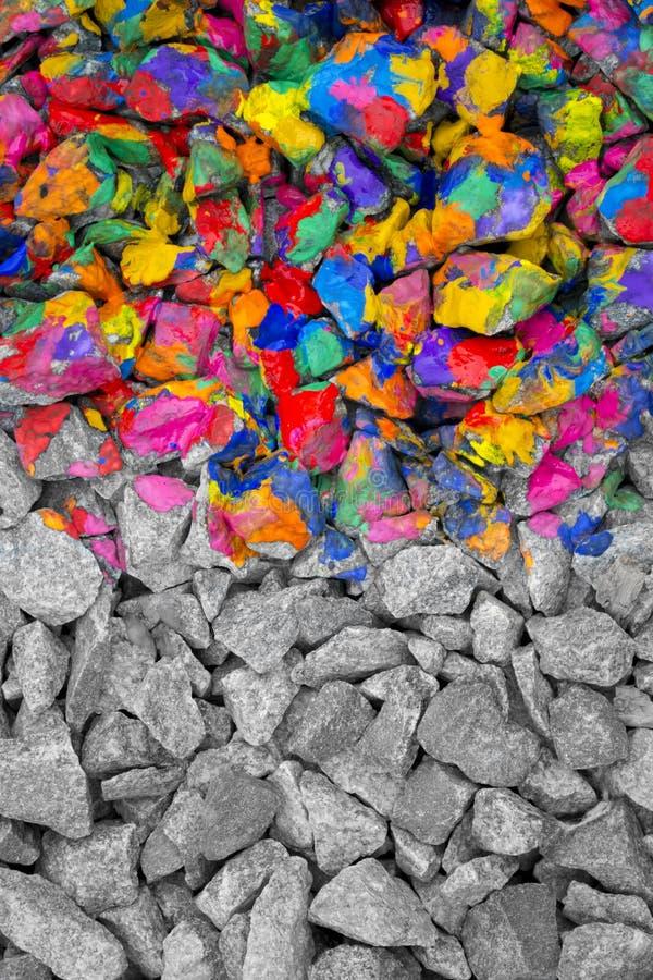 Piedras coloreadas en diversa tinta del color en una mitad, la segunda mitad - piedras grises monocromáticas imagen de archivo libre de regalías