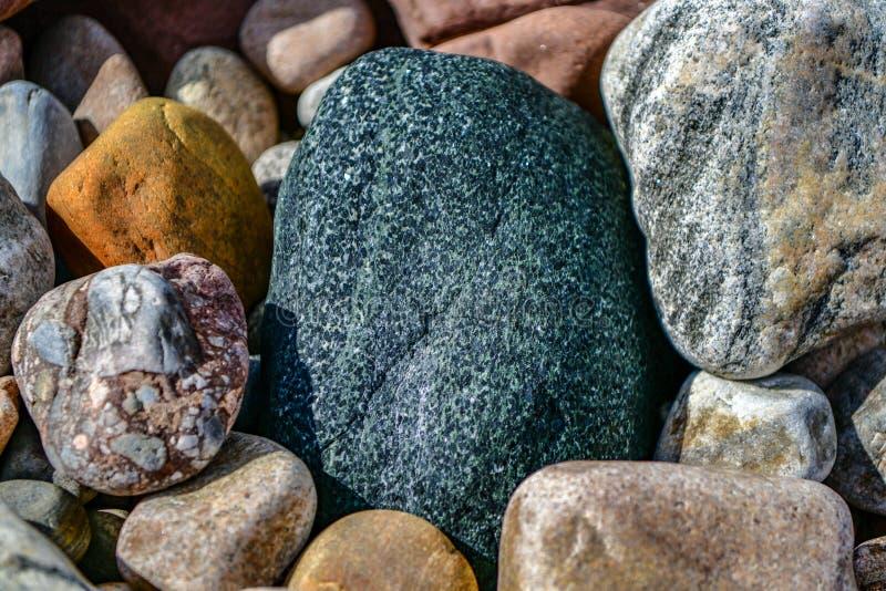 Piedras coloreadas fondo en la playa imagen de archivo