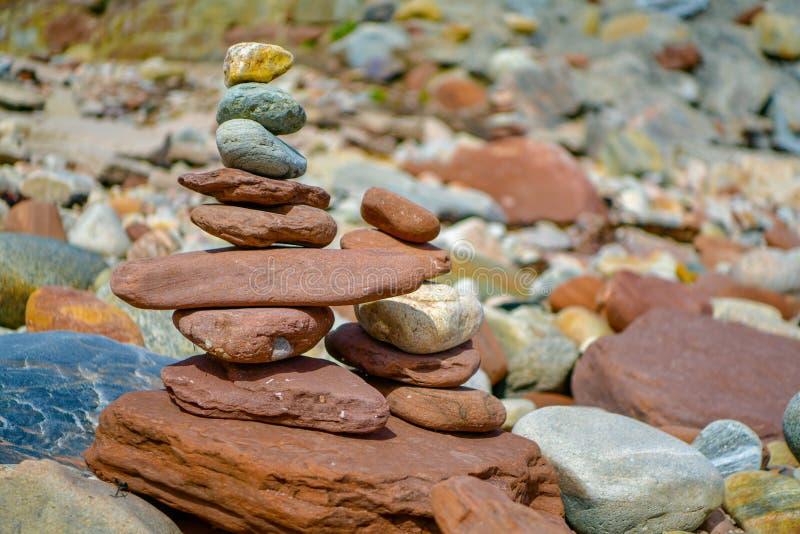 Piedras coloreadas fondo en la playa imagen de archivo libre de regalías