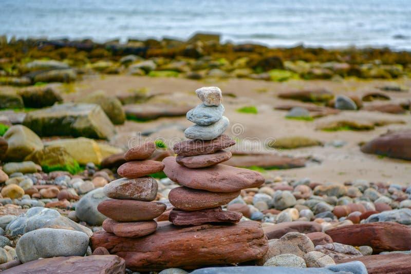 Piedras coloreadas fondo en la playa imagenes de archivo