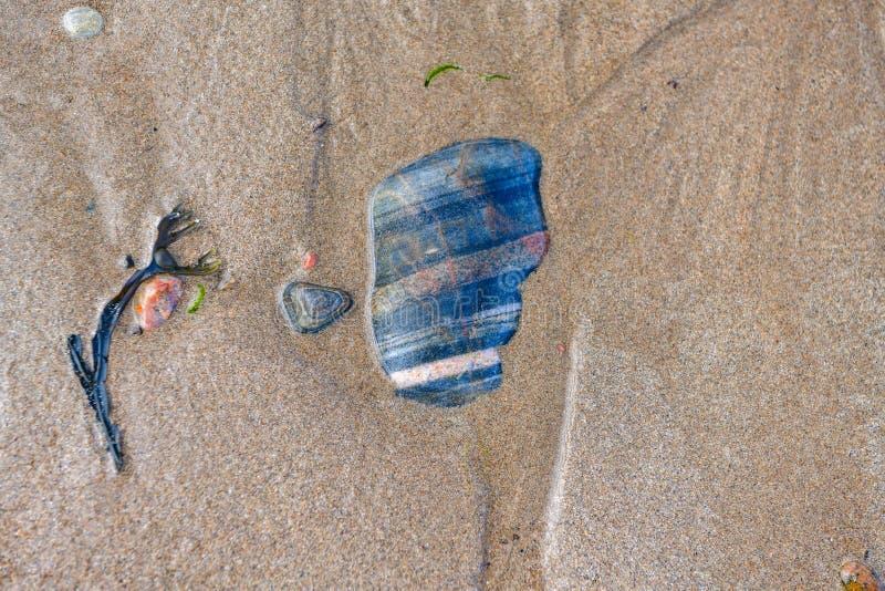 Piedras coloreadas fondo en la playa fotografía de archivo libre de regalías