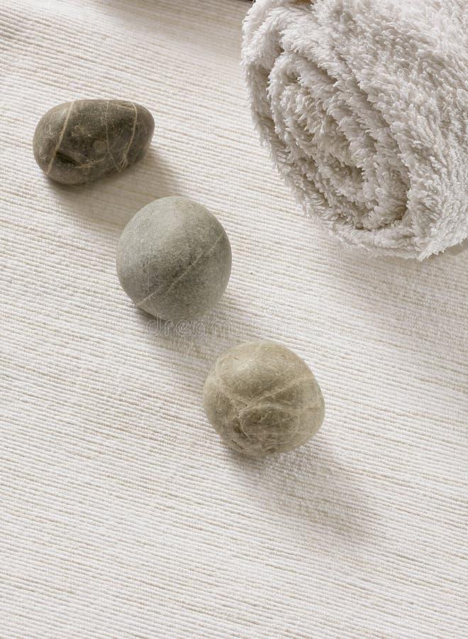 Piedras con la toalla limpia imagen de archivo