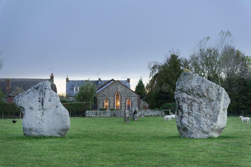 Piedras de Avebury en Wiltshire, megal?tico y moderno combinado fotos de archivo