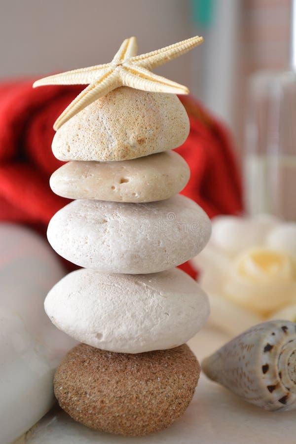 Piedras de la belleza de los wellnwss del balneario para el masaje de la salud en higiene del baño del towell del balneario relaj fotografía de archivo libre de regalías