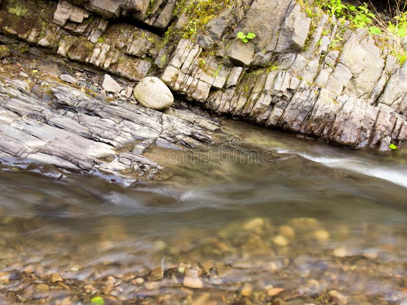 Piedras de la corriente de la montaña fotografía de archivo libre de regalías