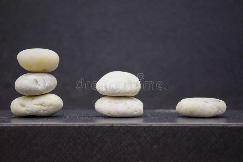 Piedras de la pendiente en la tabla con el fondo del espacio libre y de la falta de definición imagenes de archivo