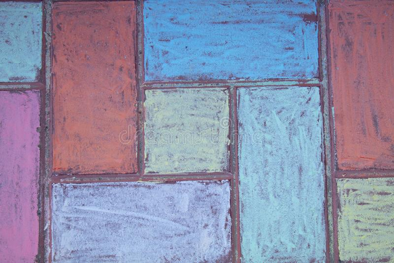 Piedras de pavimentación de la calle pintadas con tiza Dibujo de tiza del asfalto Teja adornada con los creyones, visión de la ca imagenes de archivo