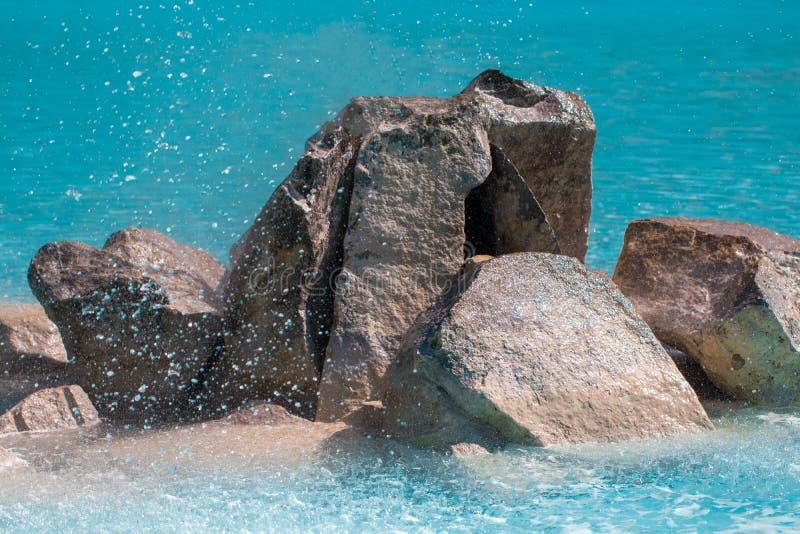 Piedras decorativas en el cierre de la piscina de agua azul para arriba imagenes de archivo