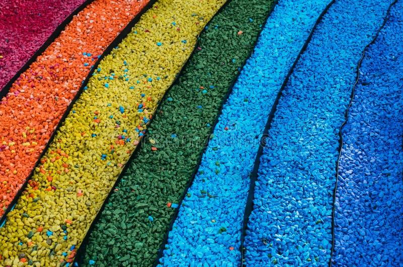 Piedras del guijarro presentadas bajo la forma de arco iris fotos de archivo