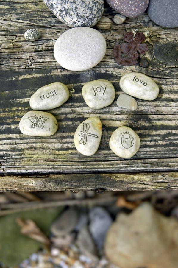 Piedras del jardín: AMOR, CONFIANZA, ALEGRÍA imagenes de archivo