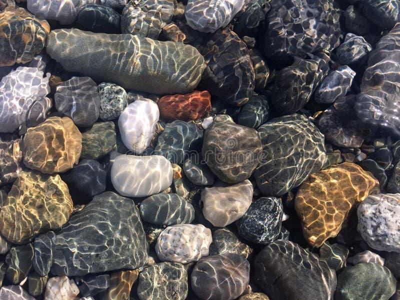 Piedras del mar en agua de mar limpia Guijarros bajo el agua foto de archivo