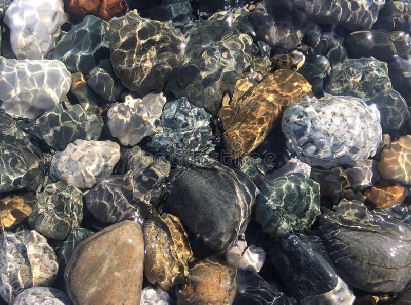 Piedras del mar en agua de mar limpia Guijarros bajo el agua fotos de archivo libres de regalías