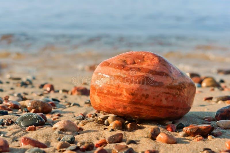 Piedras del mar, piedras grandes y pequeñas del mar, piedras de diverso tamaño y color imágenes de archivo libres de regalías