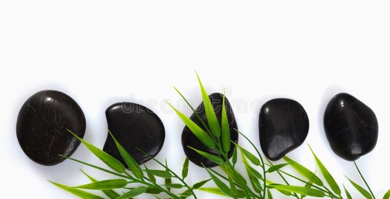 Piedras del masaje del balneario y hojas del bambú imagen de archivo