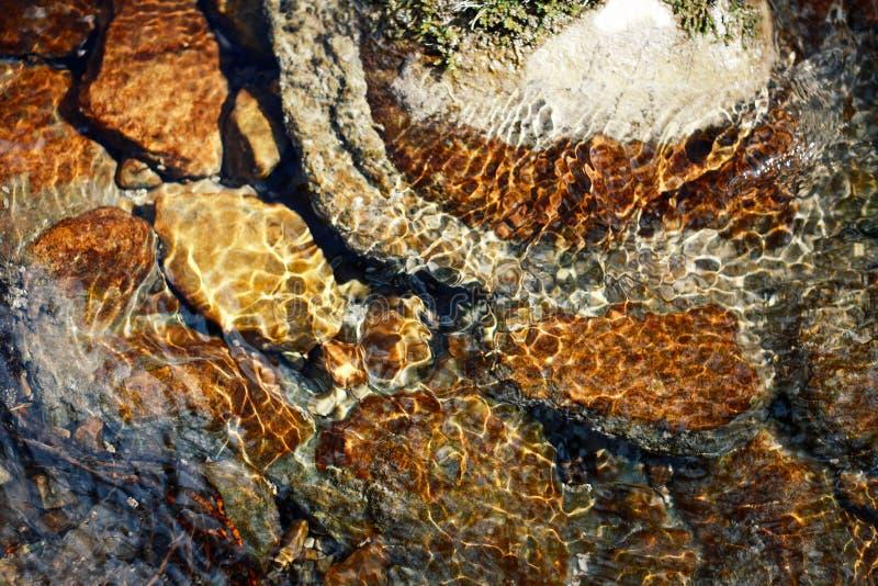 Piedras del r?o en el agua de r?o Guijarros bajo el agua La visi?n desde la tapa fotos de archivo libres de regalías