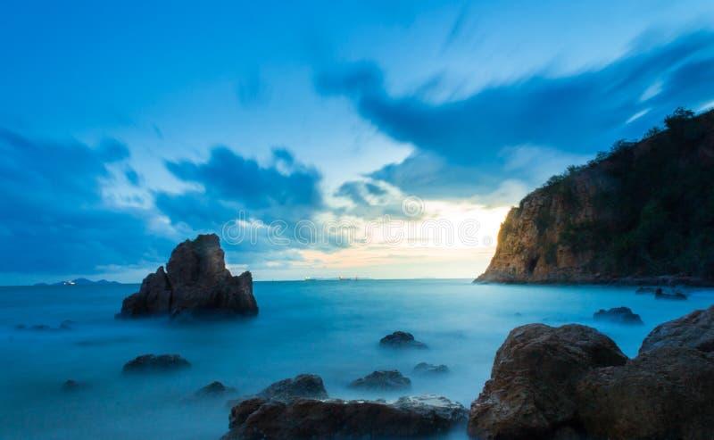 Piedras en agua de mar en oscuridad foto de archivo libre de regalías