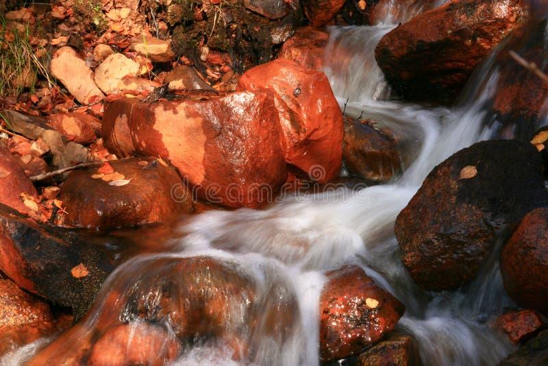 Piedras en agua móvil imagen de archivo libre de regalías