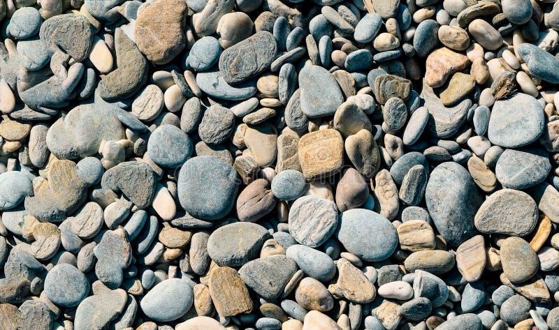 Piedras en diversas longitudes a lo largo de la costa foto de archivo libre de regalías