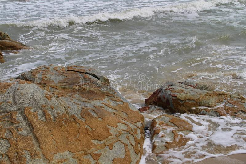 Piedras en el mar imagenes de archivo