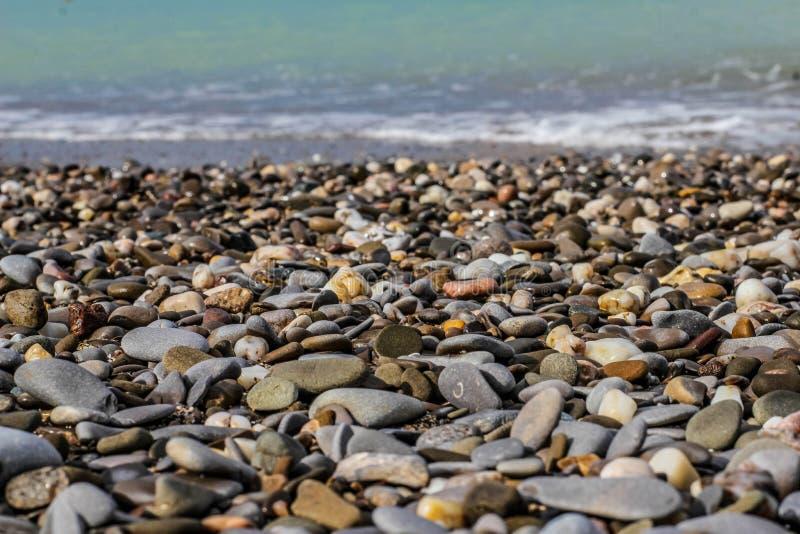 Piedras en la arena imagenes de archivo