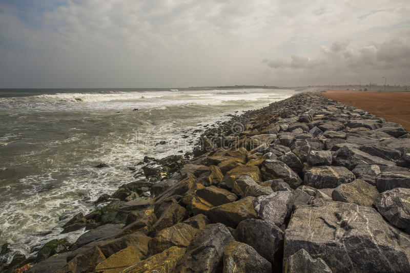 Piedras en la costa en Accra (Ghana, Áfricas occidentales) fotos de archivo