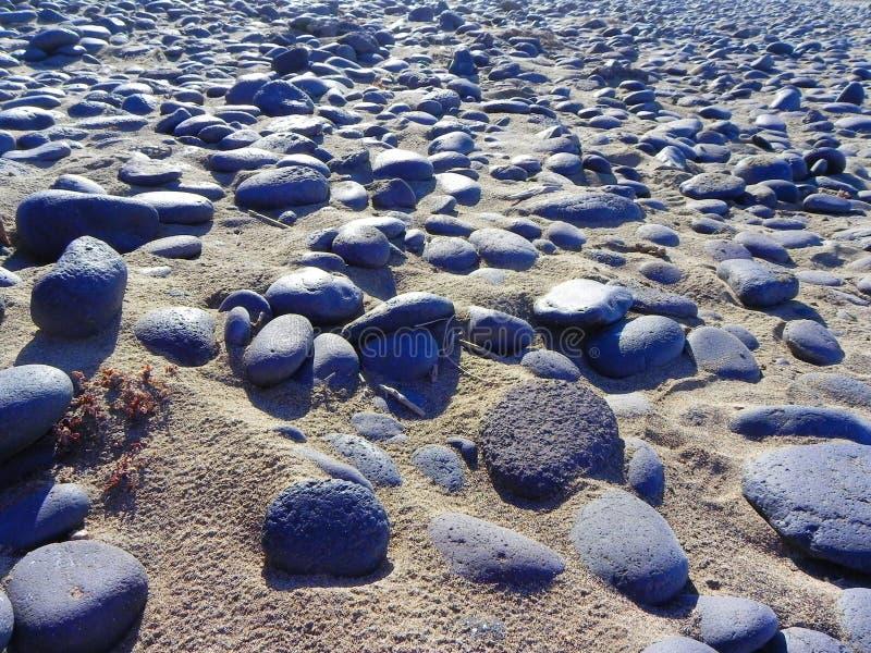 Piedras en la playa, noviembre fotos de archivo