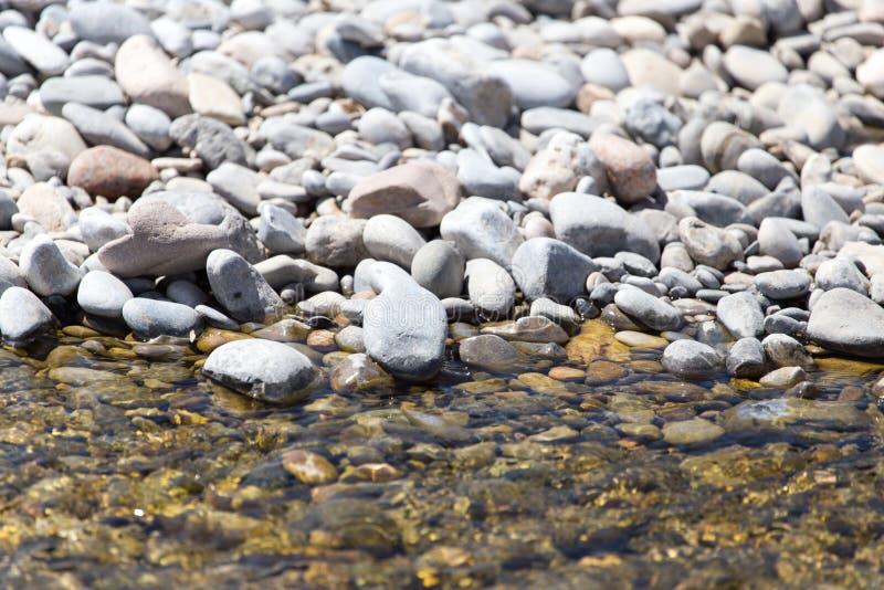 Piedras en naturaleza del agua imagenes de archivo