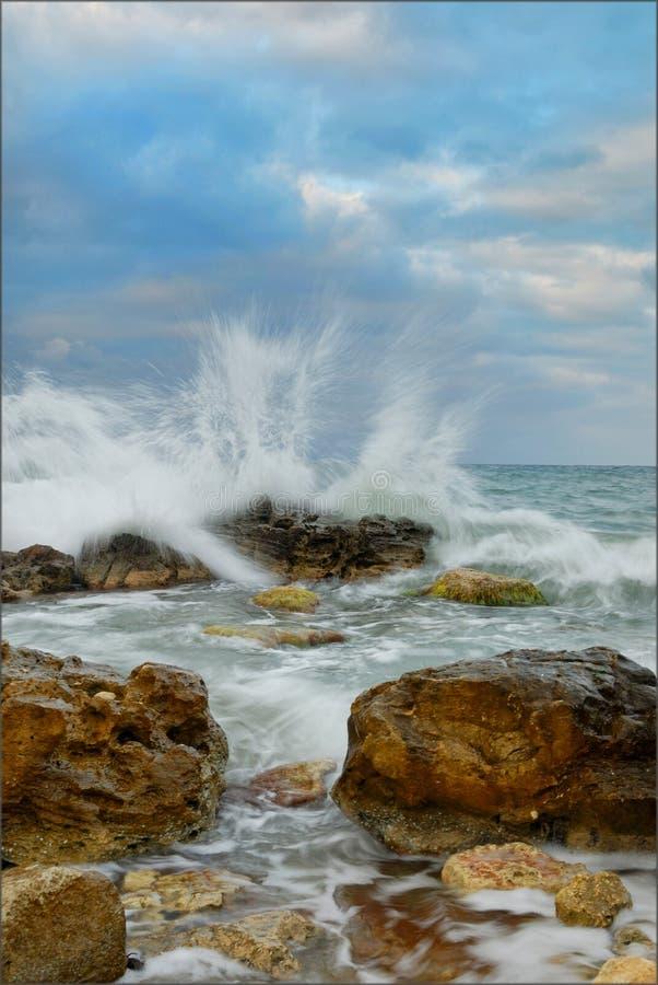 Piedras en ondas foto de archivo libre de regalías