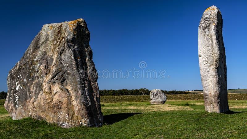 Piedras en pie que forman parte del antiguo círculo de la megalítica en la aldea de Avebury en Wiltshire, Inglaterra, Reino Unido fotos de archivo libres de regalías