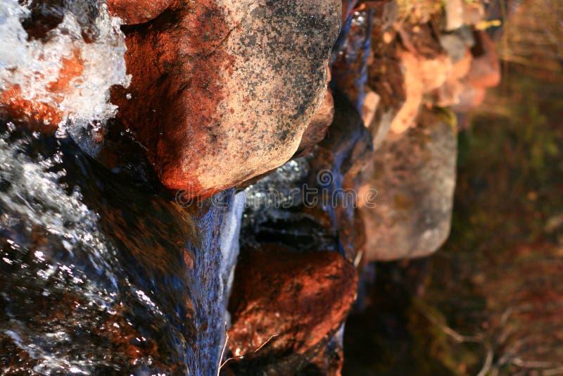 Piedras en una pequeña cascada foto de archivo libre de regalías