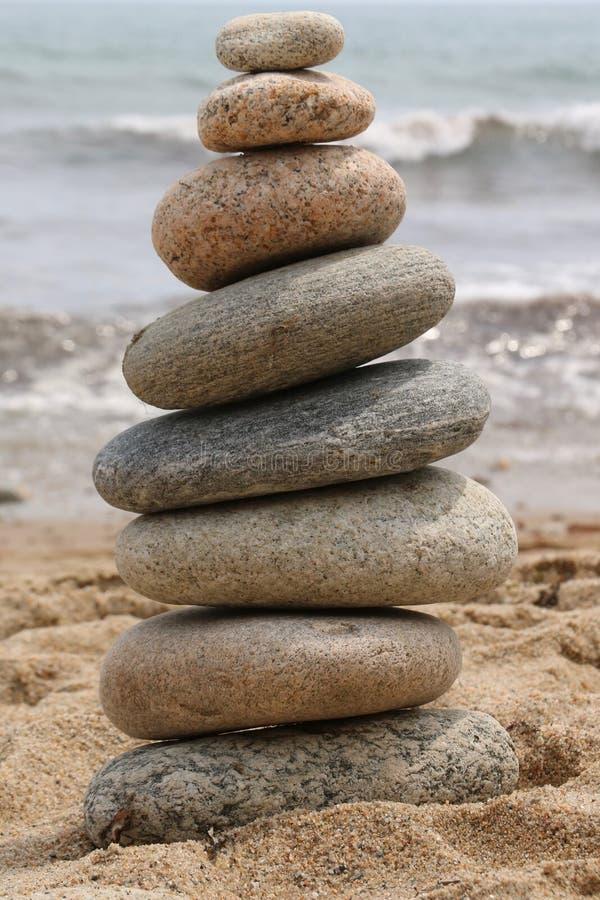 Piedras equilibradas de la playa foto de archivo libre de regalías