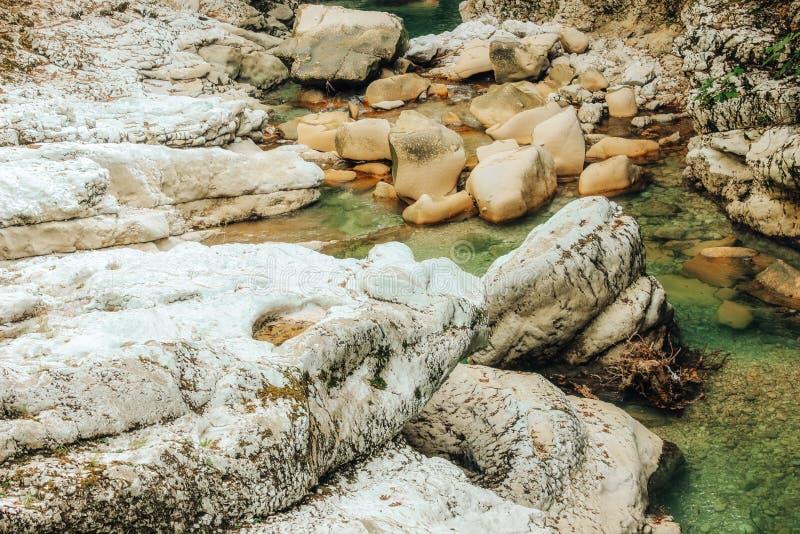 Piedras grandes cerca del primer de la cascada en el barranco de Martvili, Georgia fotos de archivo