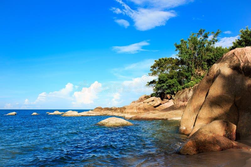 Piedras grandes, cielo azul, mar, nubes, árboles, zonas tropicales, resto, océano imágenes de archivo libres de regalías