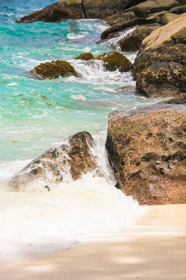 Piedras grandes con agua de la turquesa en la isla del paraíso de Seychelles imagenes de archivo