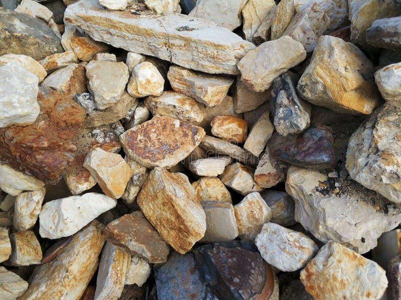 Piedras grandes del marrón de la pared de piedra imagen de archivo