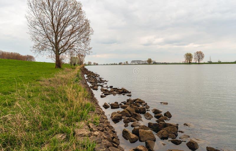 Piedras grandes en el agua a lo largo del borde del r?o foto de archivo libre de regalías