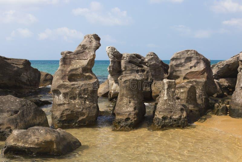 Piedras grandes en el mar fotografía de archivo libre de regalías