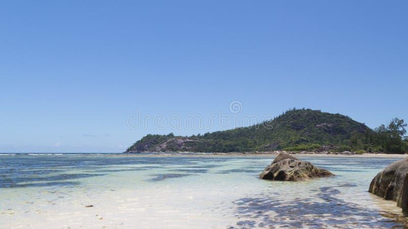Piedras grandes en el mar claro foto de archivo