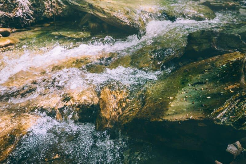 Piedras grandes en el río rugoso de la montaña imagen de archivo