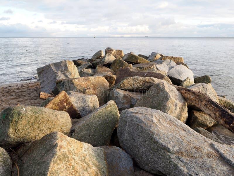 Piedras grandes en la costa imagenes de archivo