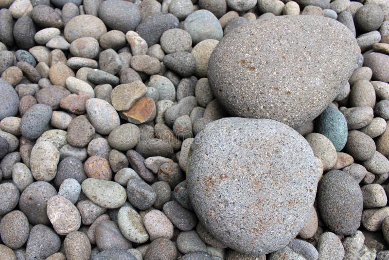 Piedras grandes entre guijarros más pequeños, en el jardín imagen de archivo libre de regalías