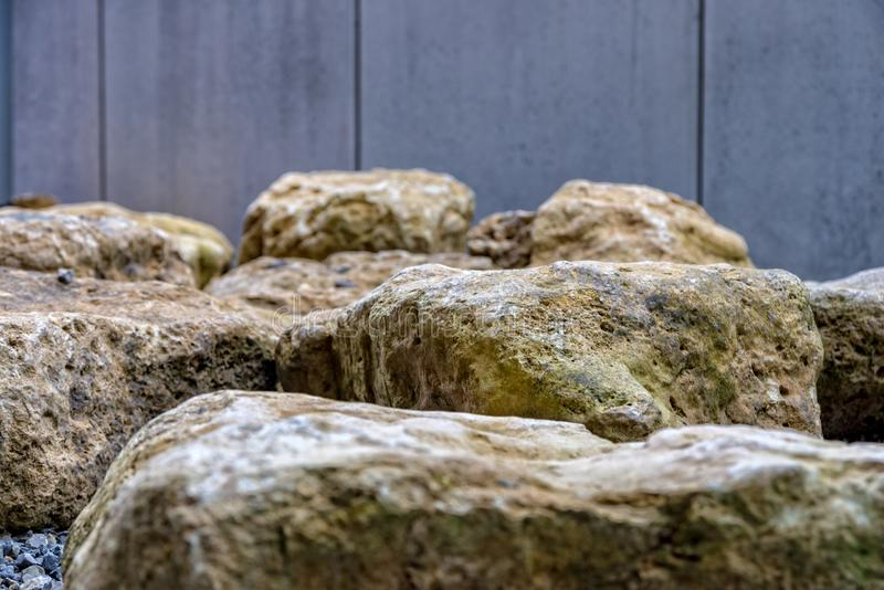 Piedras grandes para la construcción de una terraza imagen de archivo